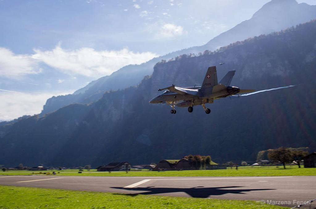 F/A-18 podczas lądowania w bazie